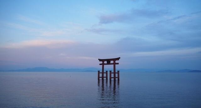 関西地方の観光地「滋賀県の白鬚神社・湖中大鳥居」イメージ画像