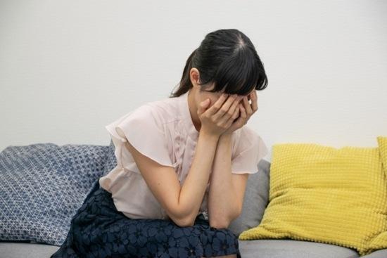 損をして悲しんでいる女性のイメージ画像