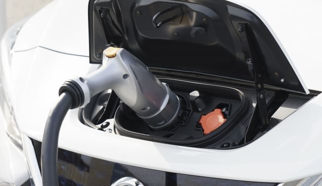 電気自動車を充電するイメージ画像